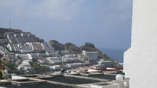 Arimar Apartments: Utsikt från vår ballkong, med havet på höger sida.