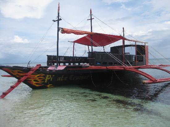 Hippocampus Beach Resort: Dieses Boot kann man für Ausflüge, Insel Hopping und Taustours  mieten, fragt am Tresen