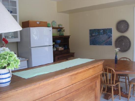 Traditions Guest House : private kitchen and dining area