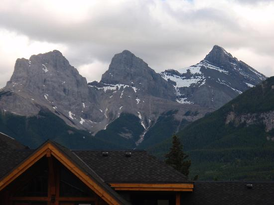 Rundle Cliffs Luxury Mountain Lodge: 3 Sisters view from balcony