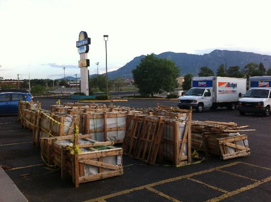Knights Inn Colorado Springs: Crates in parking lot