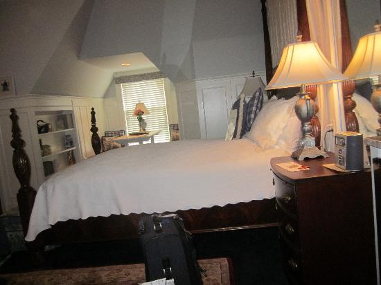 Swann House: The main bedroom Blue Skye Suite