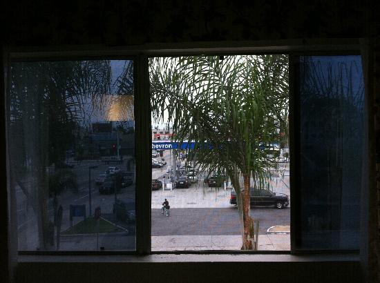 Vagabond Inn Convention Center Long Beach: Nice... view of the garage