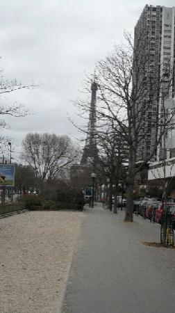 Novotel Paris Centre Tour Eiffel: Eiffel Tower from outside Hotel