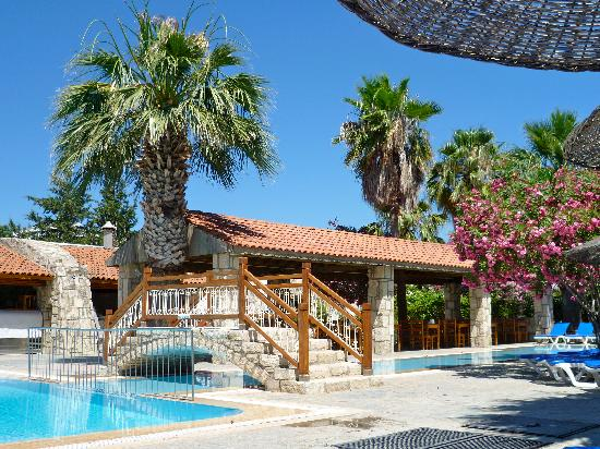 Tamarisk Beach Hotel: pool & eating area