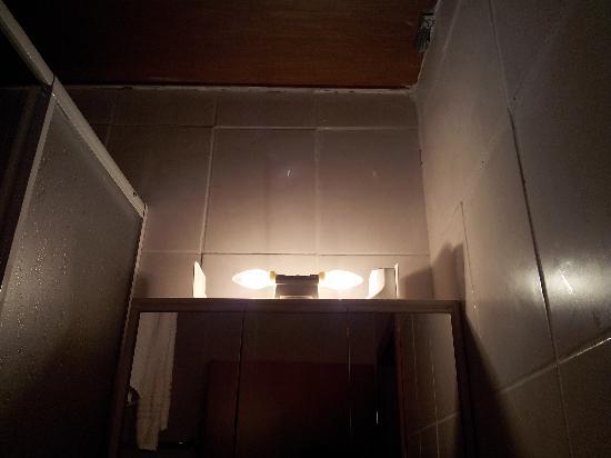Miroir avec ampoule au dessus picture of ristorante del for Miroir review
