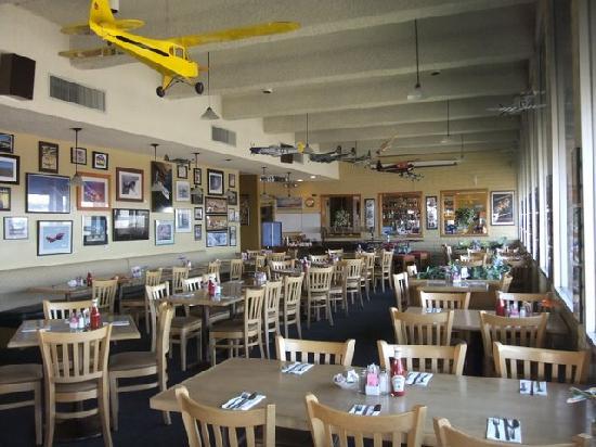 Left seat restaurant lounge phoenix sky harbor for Aviation decoration