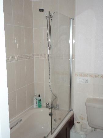 Barrow Vale Farm: Bathroom - shower-in-bath style
