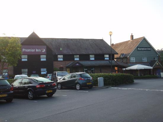 Premier Inn Salisbury North Bishopdown Hotel: Car park, hotel entry and restaurant