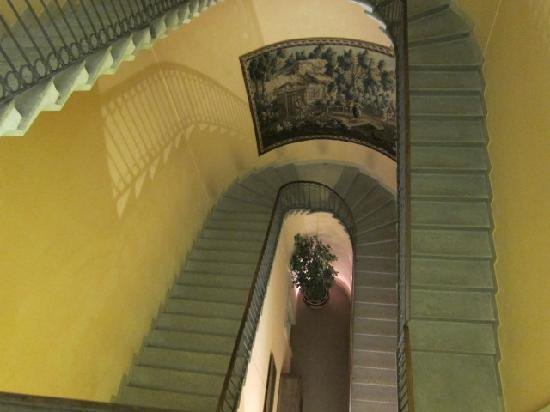 Camperio House Suites & Apartments: Staircase (but there is a lift!)