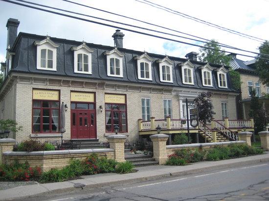 La Belle Epoque - Auberge B & B: The facade from across the street