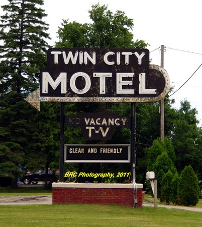 Neenah, WI: Vintage Neon Sign out in front of the Twin City Motel