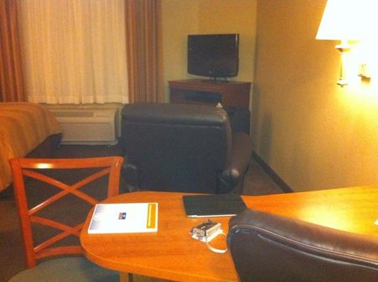 Candlewood Suites Tallahassee: desk - armchair