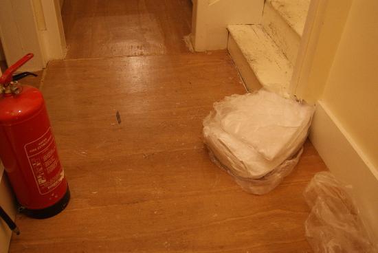 Kenwood House Hotel : Extintor en el suelo