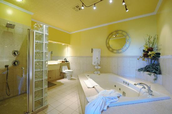 Elm Hurst Inn & Spa: The Suite Lord Connaught (bathrooms)