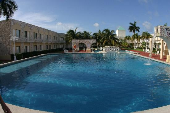 Holiday Inn Express Cancun Zona Hotelera: think of this as your personal pool