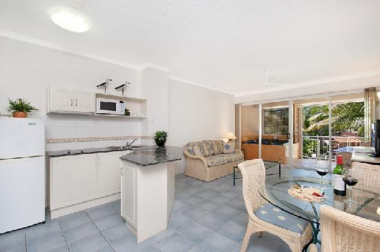 Alassio Palm Cove: Pool Garden Apartment living area