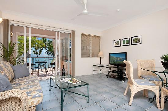 Alassio Palm Cove : Beachfront apartment livivng