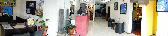 Meson del Rey: Recepción del Hotel y tienda de Artesanias