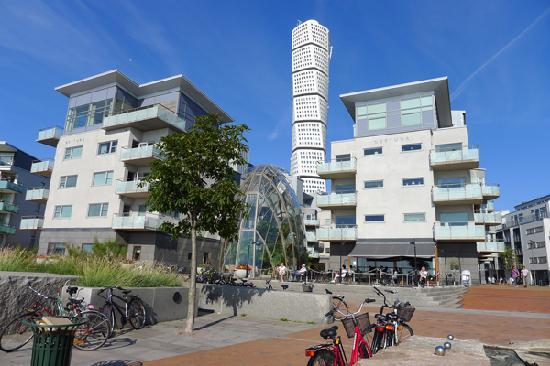HSB Turning Torso : The Turning Torso is surrounded by smaller buildings