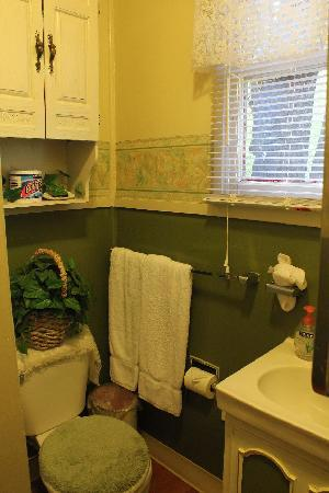 Apple Creek Cottages: One of the bathrooms