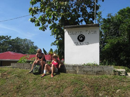 Island Path Panama : Waiting for the bus to Bocas del Drago