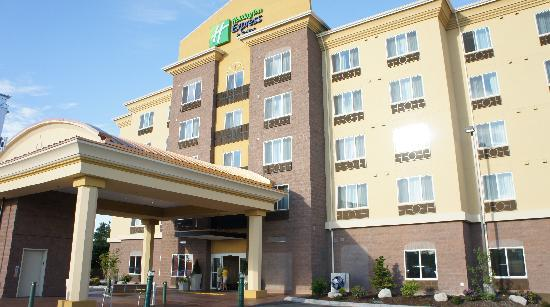 Holiday Inn Express & Suites Seattle North - Lynnwood: Front of the hotel