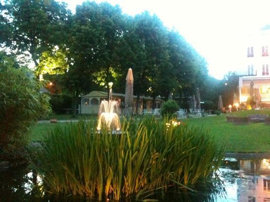 Les Jardins de la Vieille Fontaine: de nuit dans le parc du restaurant