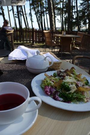 NIDOS SEKLYCIA: Red tea and a salad