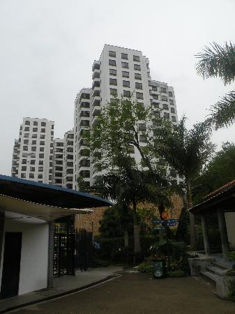 Zoologico de Cali: Apartment buildings in front of the Zoo