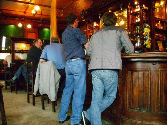 Queens Hotel : 'The Twelve Pins' the local, irsh pub. Good food, drink and atmosphere