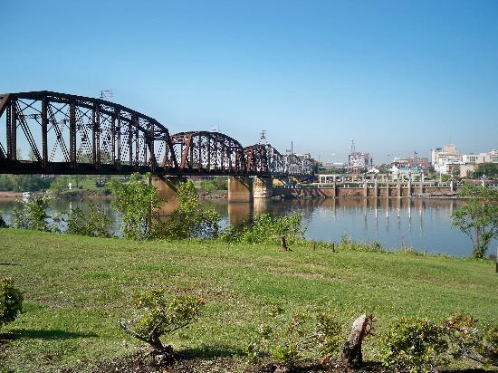 Chateau Suite Hotel, Downtown Shreveport: Nearby shopping center with a nice view.