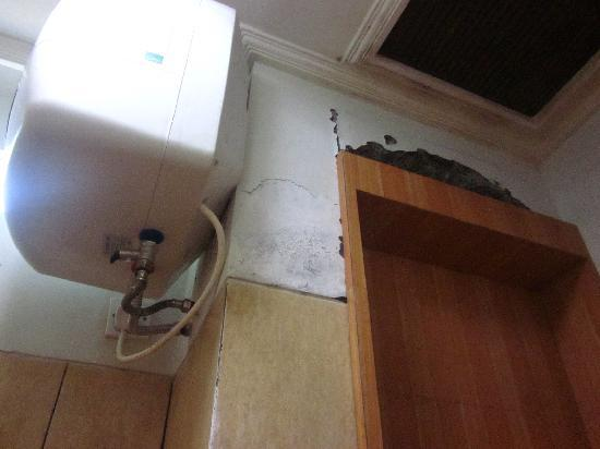 Pondok Sari Kuta Bali: HUGE crack in the bathroom