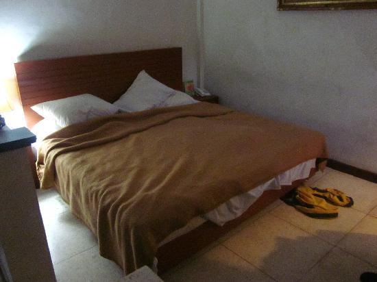 Pondok Sari Kuta Bali: Bed, after we slept in it