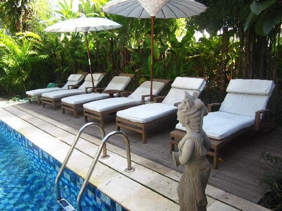 Pondok Sari Kuta Bali: Pool Sun Lounges
