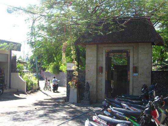 Pondok Sari Kuta Bali: Entry again, looking a bit old!