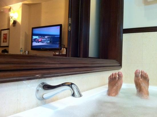 Casa del Rio Melaka : you can watch tv while relaxing in the tub