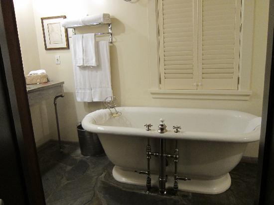 Manka's Inverness Lodge: Bath!