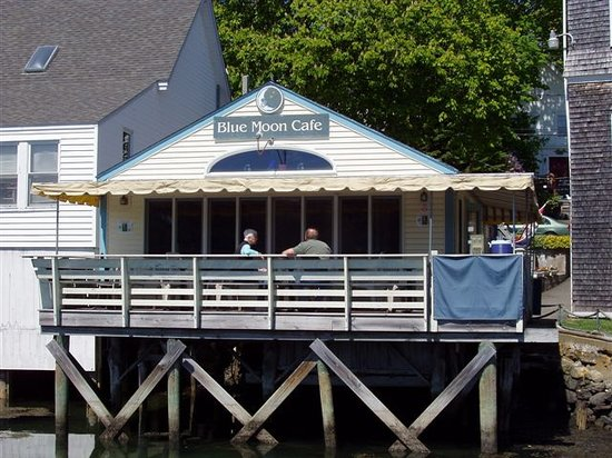 Blue Moon Cafe: view of the deck from the harbor