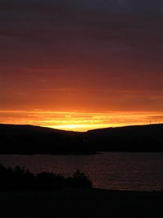 Drumshanbo, Irland: Sunset over Lough Allen - a view from the balcony!