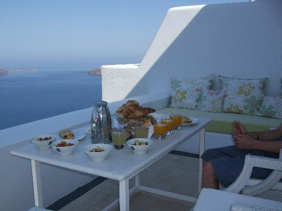 Astra Suites: Breakfast on the patio