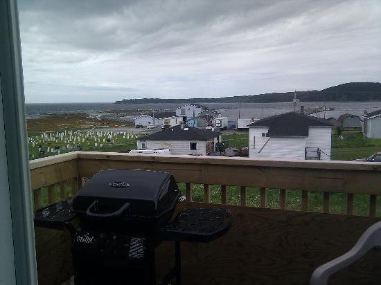 Gros Morne Suites: bbq on balcony