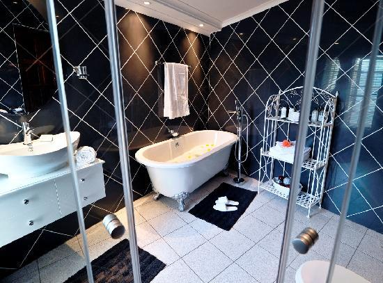Arum Place Guest House: Touch of Grey Bathroom