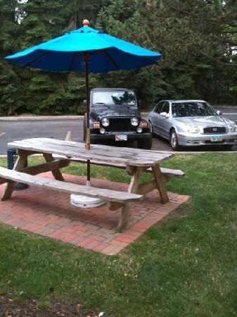 Motel 6 Cleveland West - Lorain - Amherst: Nicely kept grounds & picnic tables