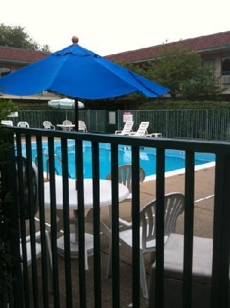 Motel 6 Cleveland West - Lorain - Amherst: Outdoor pool well maintained