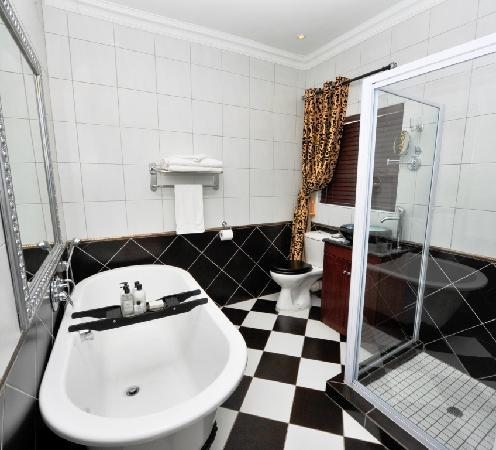 Arum Place Guest House: Golden Slumber Bathroom