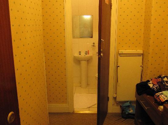 Zeer kleine kamer in de kelder met muizen en weinig privacy van buiten vitrage zat veel te hoog - Kleine kamer d water met toilet ...