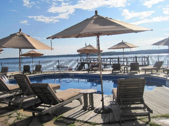 Spruce Point Inn Resort and Spa: Oceanside outdoor pool & hot tub