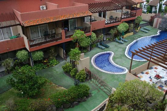 El Cerrito Apartamentos: El jardín y la pisicna