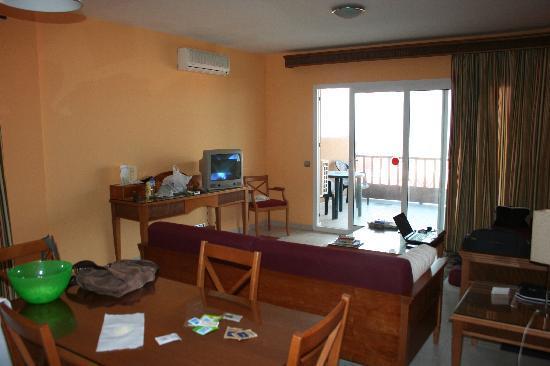 El Cerrito Apartamentos: El salón (perdón por el desorden)